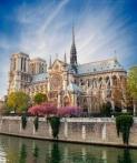 《巴黎圣母院》因雨果的同名小说而出名