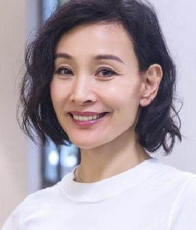 58岁陈冲 微卷短发减龄