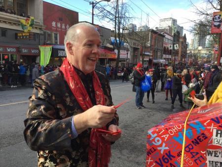 BC新省长贺华人新年 拿到红包共祝旺福