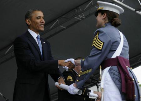 §° 颁发文凭de礼仪 先握手再递文凭